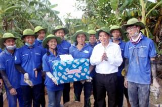 Phó Bí thư tỉnh ủy Trần Ngọc Tam thăm chiến sĩ Mùa hè xanh