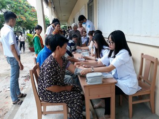 """""""Hành trình y dược"""" khám tầm soát sức khỏe cho người dân xã Thừa Đức"""