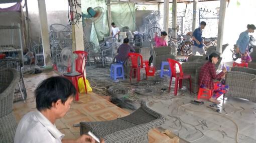 Cơ sở đan dây nhựa trên khung sắt giải quyết việc làm cho nhiều lao động