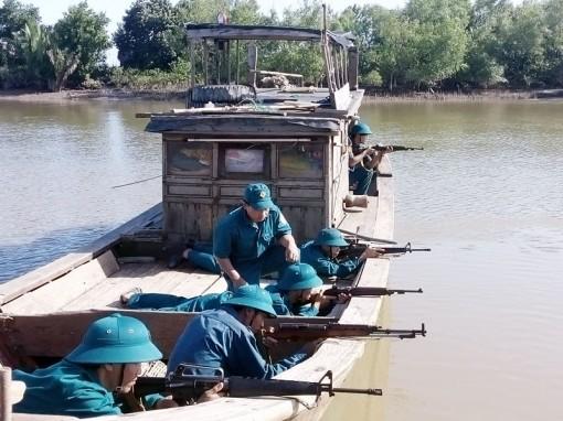 Ba Tri tăng cường huấn luyện dân quân biển