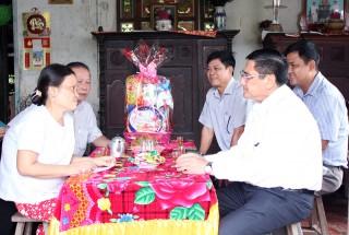 Phó chủ tịch UBND tỉnh Trương Duy Hải thăm gia đình chính sách tại huyện Chợ Lách