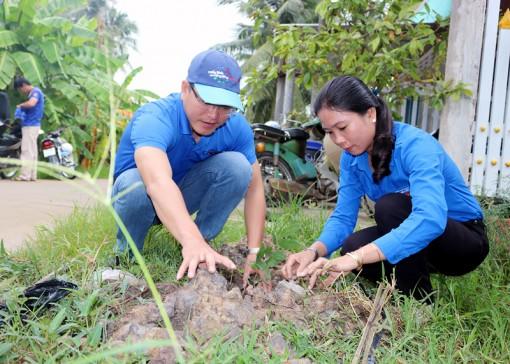Trồng 1.400 cây xanh tại huyện Thạnh Phú