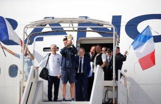 Đội tuyển Pháp mang cúp vàng World Cup trở về, bắt đầu buổi lễ ăn mừng lịch sử