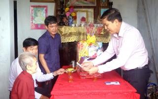 Thăm gia đình chính sách ở Thạnh Phú, Mỏ Cày Nam