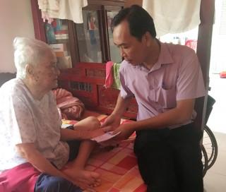 Lãnh đạo Báo Đồng Khởi thăm, tặng quà mẹ Việt Nam anh hùng