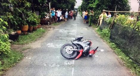 Đi bộ qua đường bị xe máy tông chết