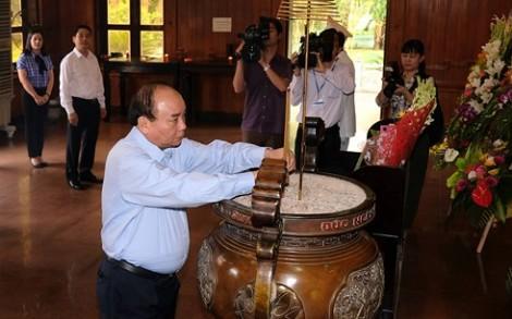 Thủ tướng dâng hương tại Khu Di tích Kim Liên và Truông Bồn
