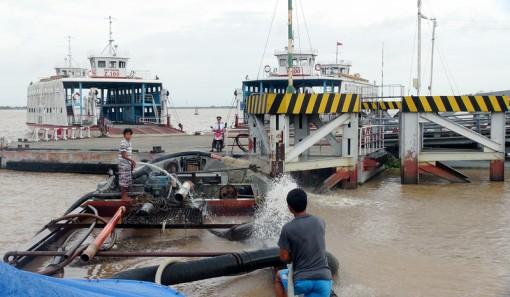 Bắt tàu sắt khai thác trái phép 105m3 cát trên sông Hàm Luông