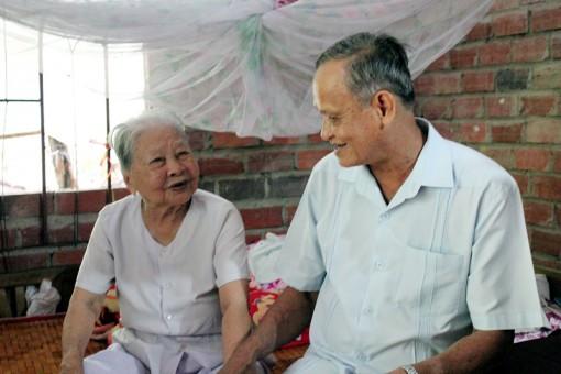 Lãnh đạo tỉnh thăm gia đình chính sách tại huyện Chợ Lách