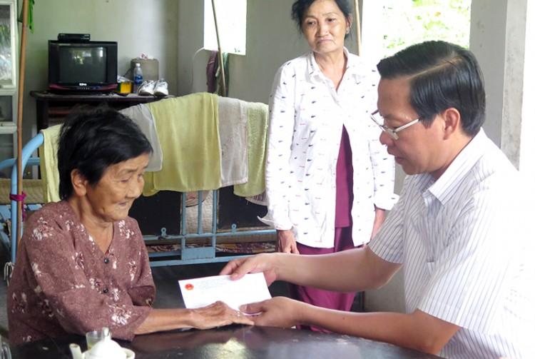 Thăm, tặng quà gia đình chính sách tại huyện Mỏ Cày Nam