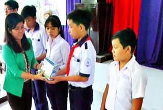 Trao 100 suất học bổng cho học sinh ở Giồng Trôm