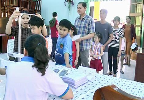 850 trẻ em được cân đo, khám nội, ngoại khoa và sàng lọc bệnh tim