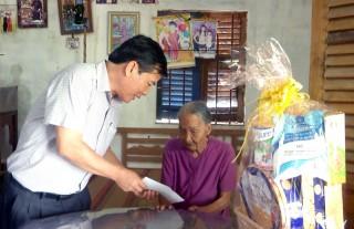 Lãnh đạo Ủy ban MTTQ Việt Nam tỉnh thăm gia đình chính sách tại Thạnh Phú