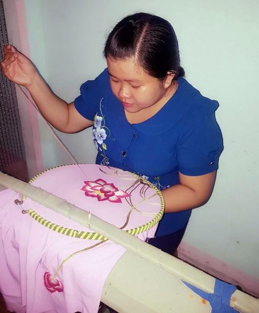 Tạo việc làm cho phụ nữ từ nghề thêu tay gia công