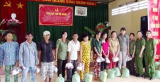Hội Phụ nữ Công an tỉnh tặng quà cho gia đình có hoàn cảnh khó khăn