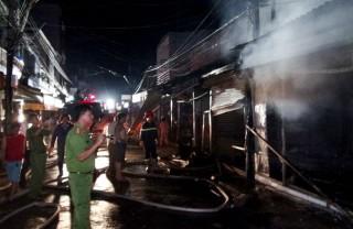 Cháy hộ kinh doanh, thiêu rụi 3 căn nhà