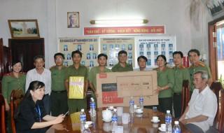 Phòng Hậu cần - Kỹ thuật tặng quà cho Công an xã