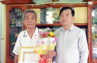 Lãnh đạo tỉnh trao huy hiệu Đảng đợt 2-9 tại huyện Thạnh Phú