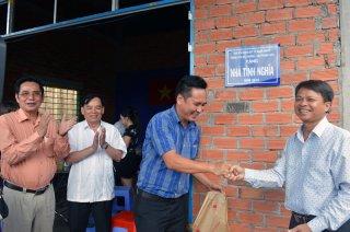 Tặng quà cho học sinh và hộ nghèo tại Ba Tri