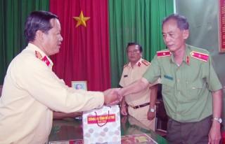 Thăm, tặng quà cho công an xã huyện Châu Thành, Mỏ Cày Nam và Thạnh Phú