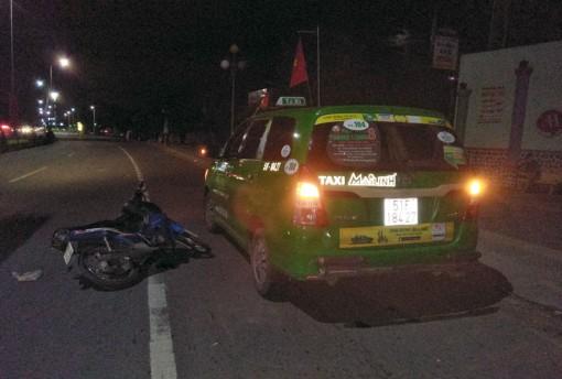 Xe mô tô tông xe taxi, một người nguy kịch