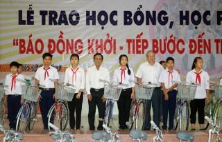 """Báo Đồng Khởi trao học bổng """"Tiếp bước đến trường"""" 2018"""