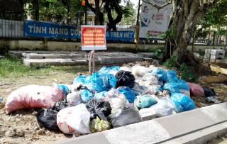 Cần sớm giải quyết đống rác trước cổng trường