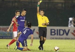 Trọng tài quên rút thẻ đỏ trong trận Bình Dương - Quảng Ninh