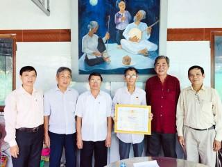"""Ông Lư Văn Hội nhận Kỷ niệm chương """"Vì sự nghiệp Văn nghệ dân gian Việt Nam"""""""
