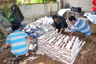 Phát hiện 6.400 gói thuốc lá ngoại nhập lậu sau nhà bỏ hoang