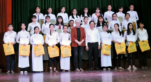 200 em học sinh nhận học bổng Nguyễn Thị Định