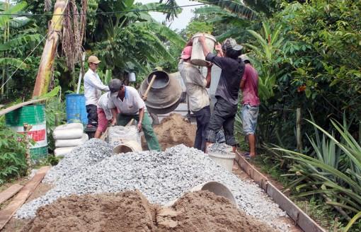 Phú Đức khởi công xây dựng đường bê-tông 485 triệu đồng do nhân dân đóng góp