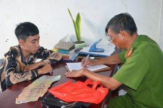 Công an huyện Châu Thành làm việc với thanh niên đột nhập trộm hàng trăm triệu đồng