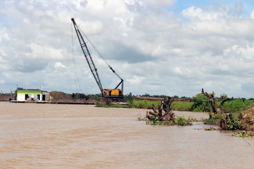 Chấn chỉnh, quản lý tốt hoạt động khai thác, mua bán cát lòng sông