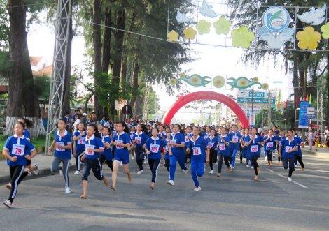 """Giải Việt dã """"Cùng Sacombank chạy vì sức khỏe cộng đồng"""" năm 2018"""
