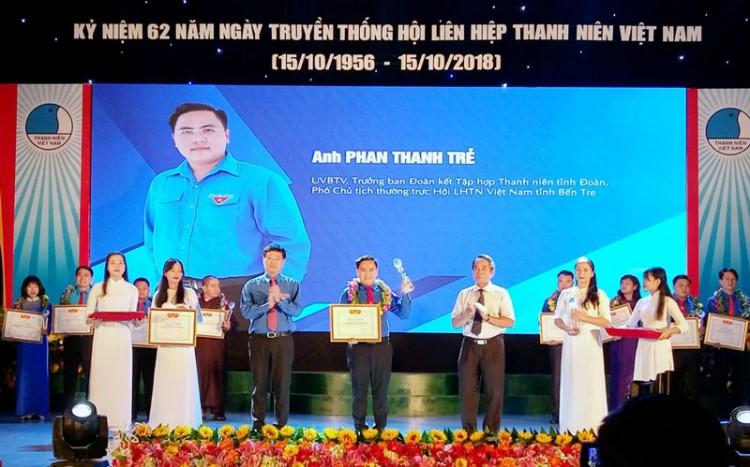 """Anh Phan Thanh Trẻ (Tỉnh đoàn) nhận Giải thưởng """"15 tháng 10"""""""