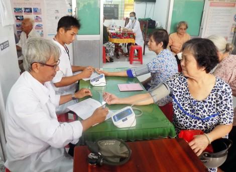Khám và lập sổ theo dõi sức khỏe cho 337 người cao tuổi thị trấn Giồng Trôm