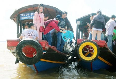 Thả trên 2 tấn cá trên sông Hàm Luông