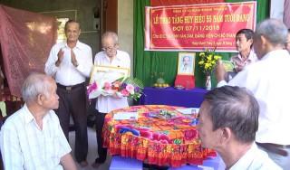 Lãnh đạo tỉnh trao huy hiệu 55 tuổi Đảng tại huyện Chợ Lách