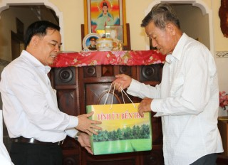 Phó bí thư Tỉnh ủy Trần Ngọc Tam thăm nhà giáo nghỉ hưu