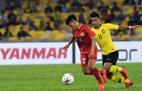 Malaysia vươn lên dẫn đầu bảng A