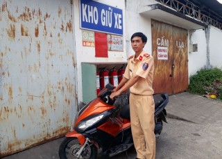 Bàn giao xe mô tô bị mất trộm 8 năm cho cơ quan chức năng
