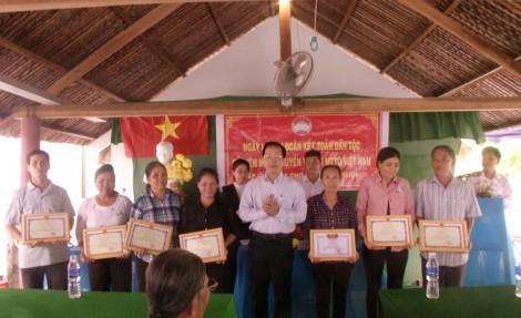 Bí thư Huyện ủy Thạnh Phú dự Ngày hội Đại đoàn kết tại xã Giao Thạnh