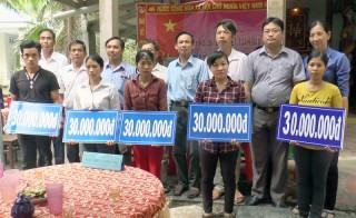 Trao kinh phí hỗ trợ xây dựng nhà cho 5 hộ nghèo ở Mỏ Cày Bắc