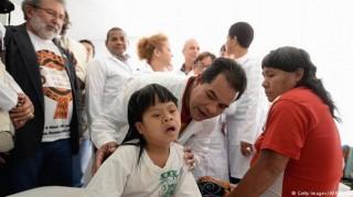Cuba rút toàn bộ 8.600 bác sĩ và nhân viên y tế tại Brazil về nước