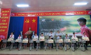 Viettel Bến Tre trao học bổng cho học sinh nghèo tại Thạnh Phú và Ba Tri