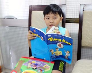 Bé trai 5 tuổi biết chữ, đọc được sách Tiếng Anh lớp 4