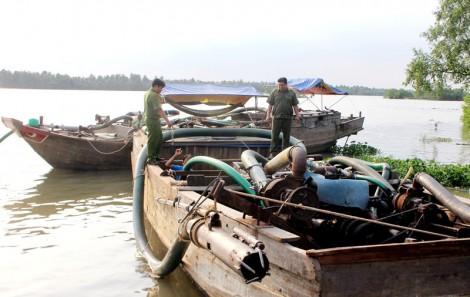 Giồng Trôm xử phạt 152 trường hợp khai thác cát sông trái phép, số tiền 956 triệu đồng