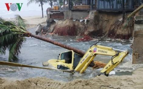 Mưa lũ miền Trung: Nhiều nơi ngập nặng, hủy nhiều chuyến bay