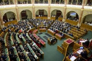 Quốc hội Hungary náo loạn vì hai đạo luật gây tranh cãi
